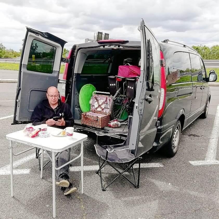 chaise-de-camping-a-cote-d-une-voiture