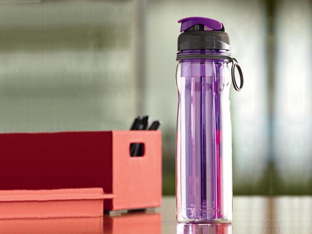 une-bouteille-d'eau-isotherme-couleur-rose