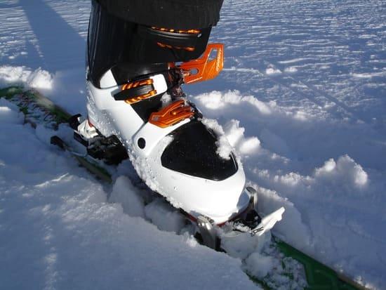 Lacage-des-chaussures-de-ski