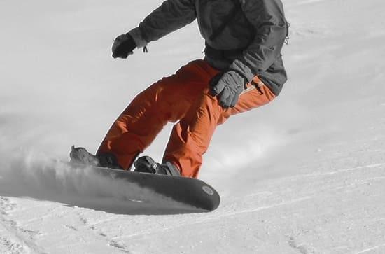 Lacage-des-chaussures-de-snowboard